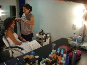 Renata Jambeiro se prepara no camarim com a maquiadora Lucilene Sales.