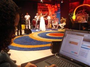 Joceline Gomes incluindo links no blog do Câmara Ligada durante o programa.