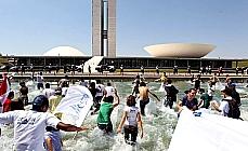 jovens fazem protesto na esplana dos ministérios